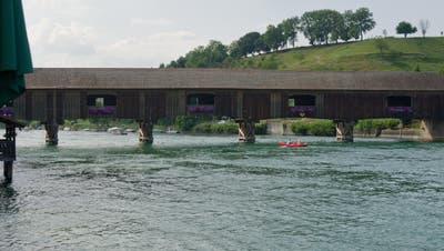 Auf Höhe der Rheinbrücke in Diessenhofen wurde der leblose Körper der Taucherin geborgen. (Bild: Coralie Wenger)