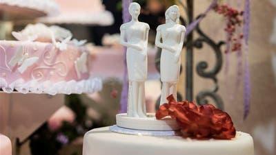 Eine Hochzeitstorte für gleichgeschlechtliche Paare? Darüber wird in der Schweiz das Volk entscheiden. (Bild: Keystone)