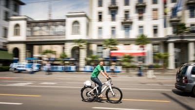 Gehören E-Bikes zu den Velos oder zum motorisierten Individualverkehr? (Bild: Roger Grütter)