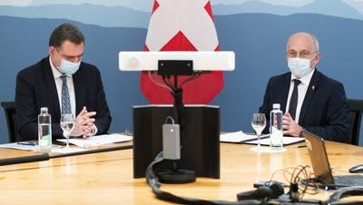 Thomas Jordan und Ueli Maurer an der spontanen Medienkonferenz vom Donnerstag. (Keystone)