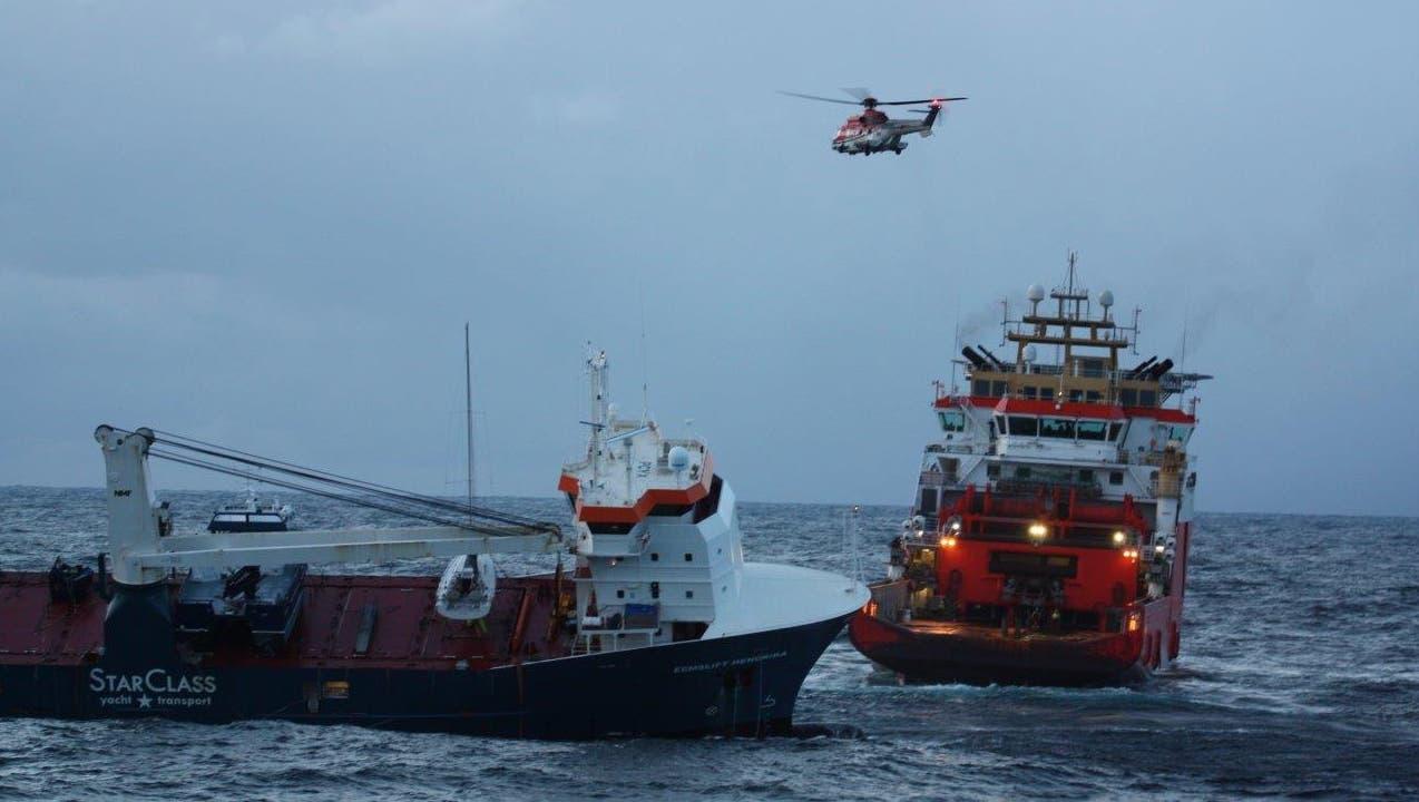 Ein Normand DrottSchleppboot beginnt das FrachtschiffEemslift Hendrik sachte Richtung Küste zu ziehen, um es dort zu untersuchen. (Keystone)