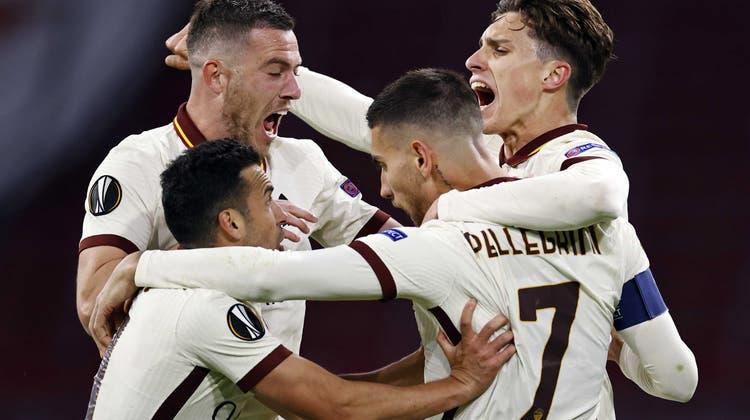 Die Spieler der AS Roma feiern den Ausgleich zum 1:1 durchLorenzo Pellegrini (vorne rechts). (EPA)