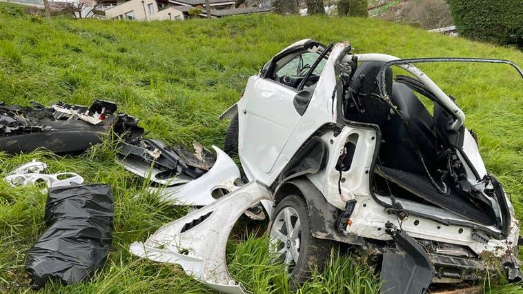 Das schrottreife Unfallauto. (Bild: Luzerner Polizei(Weggis, 7. April 2021))