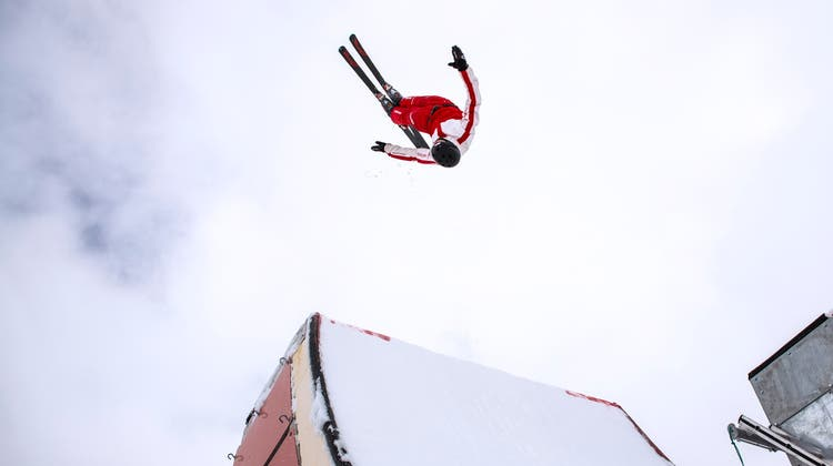 Akrobatik auf Ski. Nicolas Gygax zeigt diesen Winter beeindruckende Stunts und etablierte sich mit konstanten Leistungen in der Weltspitze der Skiakrobaten. (zvg)