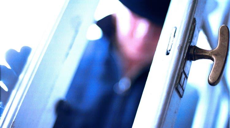 Der Mann war in das Haus eingedrungen, als der Rentner die Tür öffnete. (Themenbild) (Philipp Baer)