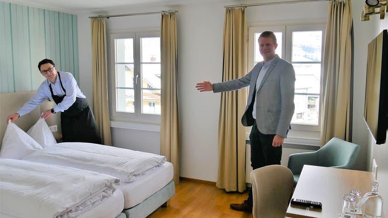 Mathias Rüesch (links), General Manager des Hotel Kreuz und Lukas Fritschi, Head of Hotel Operations in einem der neuen Zimmern. (Bild: Primus Camenzind (Sachseln, 7. April 2021))