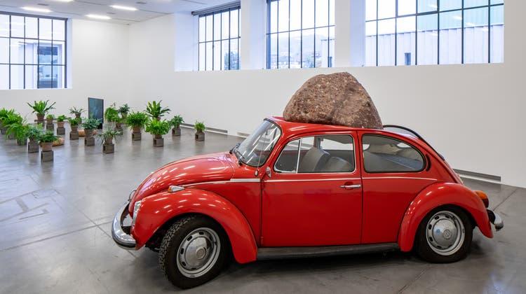 Jimmie Durhams von einem Stein getroffener VW Käfer ist Teil der Ausstellung «Potential Worlds 2: Eco-Fictions» im Migros Museum Zürich (bis 9. Mai). Sein Titel: «Alpine Substance on Wolfsburg Construction». (Lorenzo Pusterla / Migros Museum)
