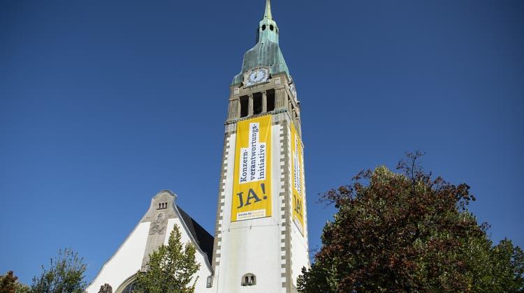 Übergrosse Banner zur Konzernverantwortungsinitiative hängenan der reformierten Pauluskirche in Bern. Geht gar nicht, finden die Jungfreisinnigen. (Keystone)