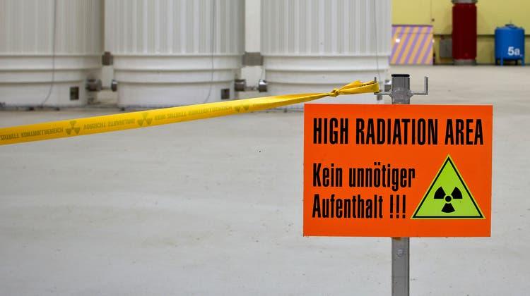 Das Zwilag behandelt schwach- und mittelradioaktive Abfälle, und lagert diese sowie abgebrannte und wiederaufbereitete Brennelemente aus den schweizerischen Kernkraftwerken, bis sie einer endgültigen Lagerung zugeführt werden können. (Keystone / Archiv)
