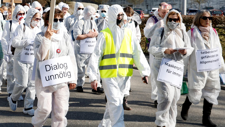 Bis zu 3000 Personen zogen beim «stillen Protest» gegen die Coronamassnahmen am 20. Februar durch Wohlen‒ nun wollen die Skeptiker am 8. Mai in Aarau oder Wettingen eine Kundgebung durchführen. (Andre Albrecht)