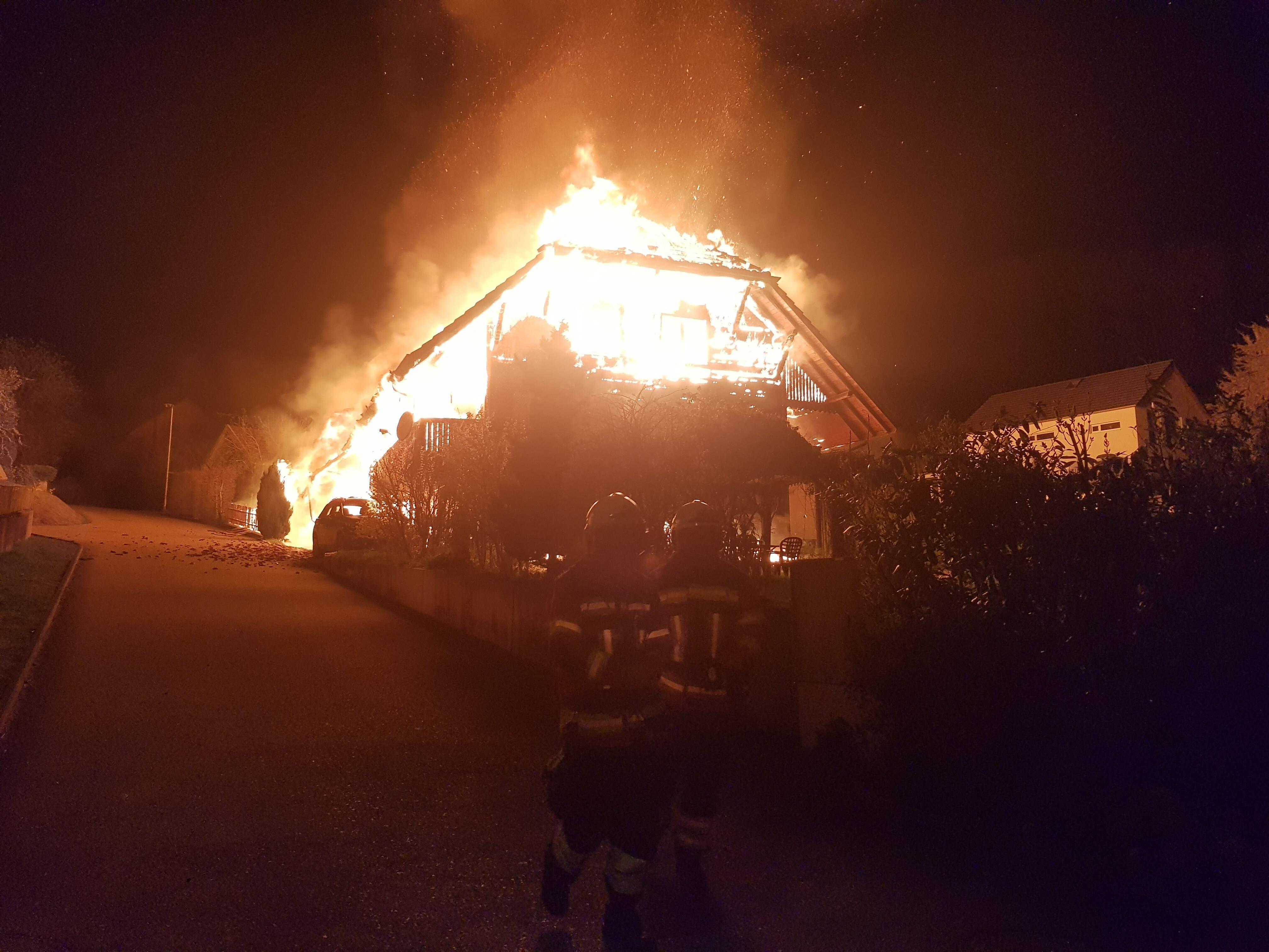 Bei Eintreffen der Feuerwehr brannte das Haus bereits lichterloh.