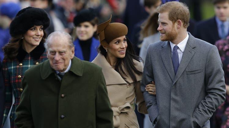 Herzogin Kate, links, Prinz Philip, Zweiter von links, mit Meghan Markle, undPrinz Harry, im Jahr 2017. (Bild: Keystone / Alastair Grant / AP)