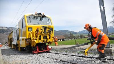 DieStopfmaschine sorgt für den richtigen Halt des Gleises. (Bilder: Urs Hanhart (Oberdorf, 9. April 2021))