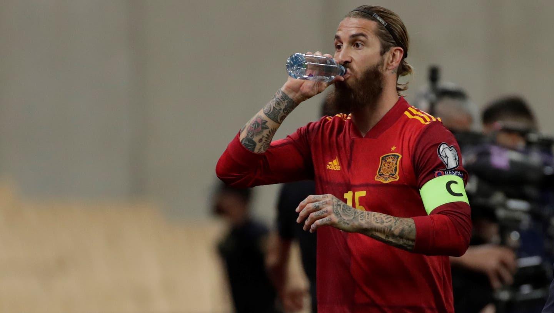 Da half auch der Schluck aus der Trinkflasche nichts: Captain Sergio Ramos verletzte sich bei seinem Kurzeinsatz gegen Kosovo. (Keystone)