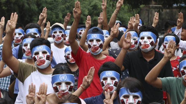 Junge Demonstrierende halten während eines Streiks in Yangon drei Finger in die Höhe zum Zeichen des Widerstandes gegen den Militärcoup. (AP)