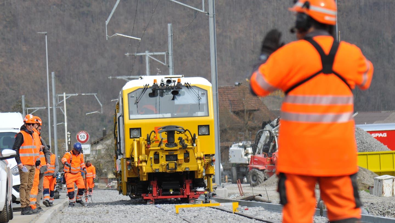Die Stopfmaschine sorgt für den richtigen Halt des Gleises. (Bild: Urs Hanhart (Oberdorf, 9. April 2021))
