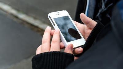 Über Whatsapp schickten sich der Beschuldigte und der Teenager Nacktbilder. (Symboldbild/Ardizzone)