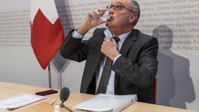 Ein Schluck Wasser und los gehts: Guy Parmelin. (Alessandro Della Valle / KEYSTONE)