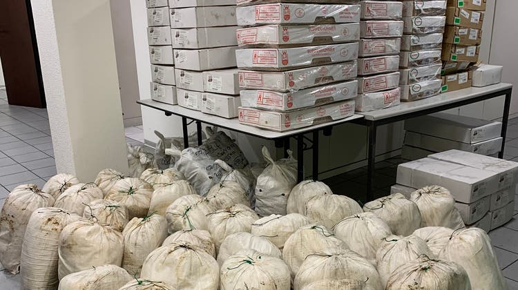 Knapp zwei Tonnen Schmuggelware: Den Schweizer Grenzbeamten ging ein bereits bekannter Mann ins Netz. (EZV)
