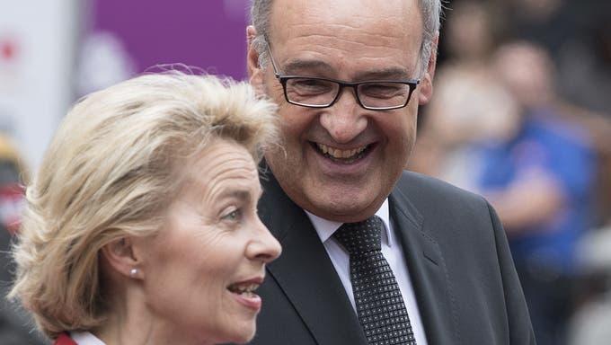 Kennen sich von ihrer Zeit als Verteidigungsminister: Guy Parmelin und Ursula von der Leyen (Bild: Treffen in Bern im August 2018) (Keystone)