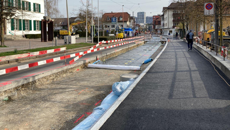 Das Dietiker Stadtzentrum ist eine Baustelle. Auf der Ostseite der Bremgartnerstrasse wurde der Asphalt entfernt. (Bild: hck)