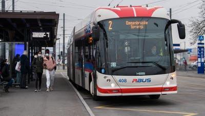Ein Bus der Verkehrsbetriebe Luzern beim Busbahnhof Emmenbrücke. (Bild: Eveline Beerkircher(Emmen, 26. November 2020))