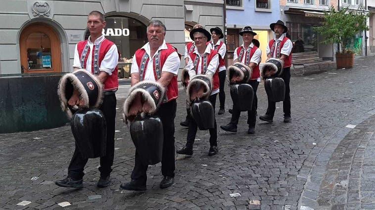 Die Trychlergruppe Rottenschwil bei einem Umzug durch die Altstadt von Bremgarten. (mzm (28.8.2020))