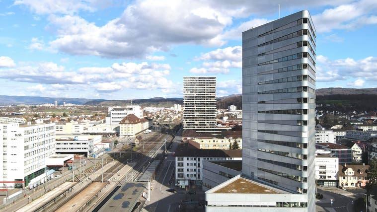 Pratteln ist in den vergangenen Jahren stark gewachsen, so wurden unter anderem das Aquila-Hochhaus (rechts) und der Helvetia-Tower hochgezogen. Und die Entwicklung dürfte in diesem Stil weitergehen. (bwi)