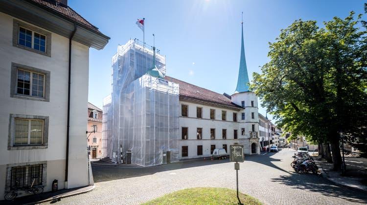 Das Rathaus (hier während einer Sanierung 2020) ist nur eines von 56 Gebäuden, in denen die kantonale Verwaltung untergebracht ist. (Michel Lüthi)