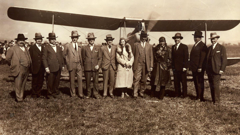 Das Gründerkomitee des Aero-Clubs Grenchen vor dem neu eingetroffenen Flugzeug am 12. April 1931. In der Mitte das Ehepaar Lili und Adolf Schild sowie Pilot Ernst Knab. (zvg)