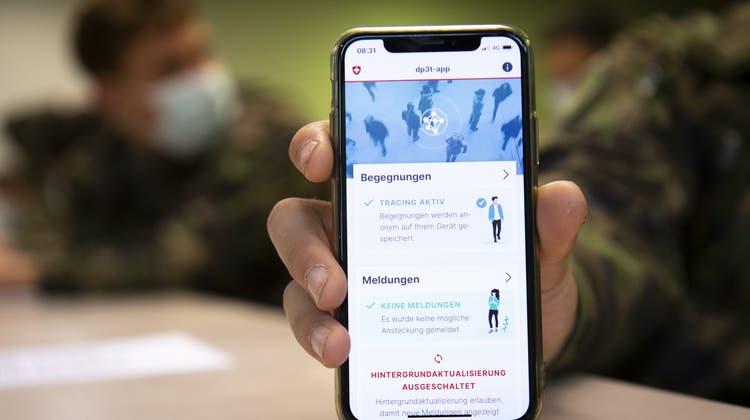 Die Swiss-Covid-App ist neu mit der deutschen Warn-App kompatibel. (Laurent Gillieron / KEYSTONE)