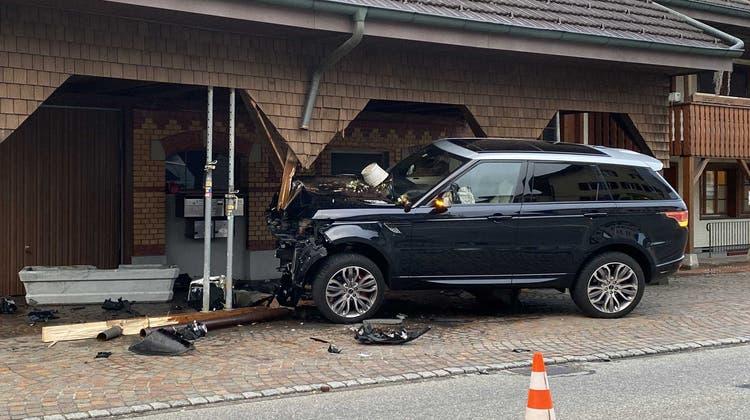 Beim Unfall entstand ein hoher Sachschaden. (Bild: zvg / Polizei AG)