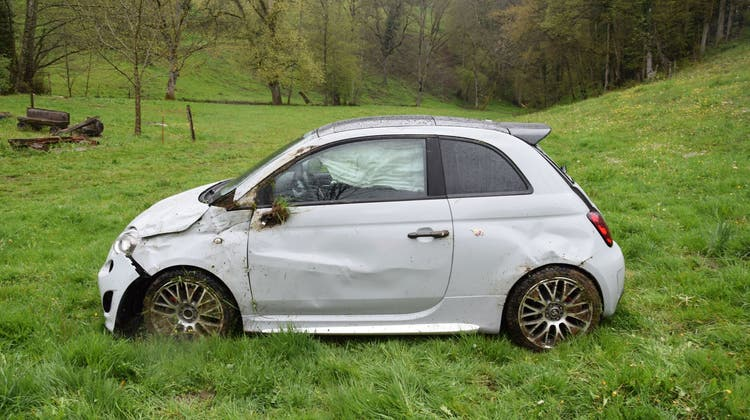 Mann bei Selbstunfall verletzt: Auto überschlägt sich mehrfach und landet auf einer Wiese