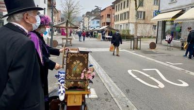 Die Drehorgelleuteversuchten mit ihren Melodien etwas jahrmärktliche Stimmung auf die Strasse zu bringen. (Bilder: Andrea Häusler)