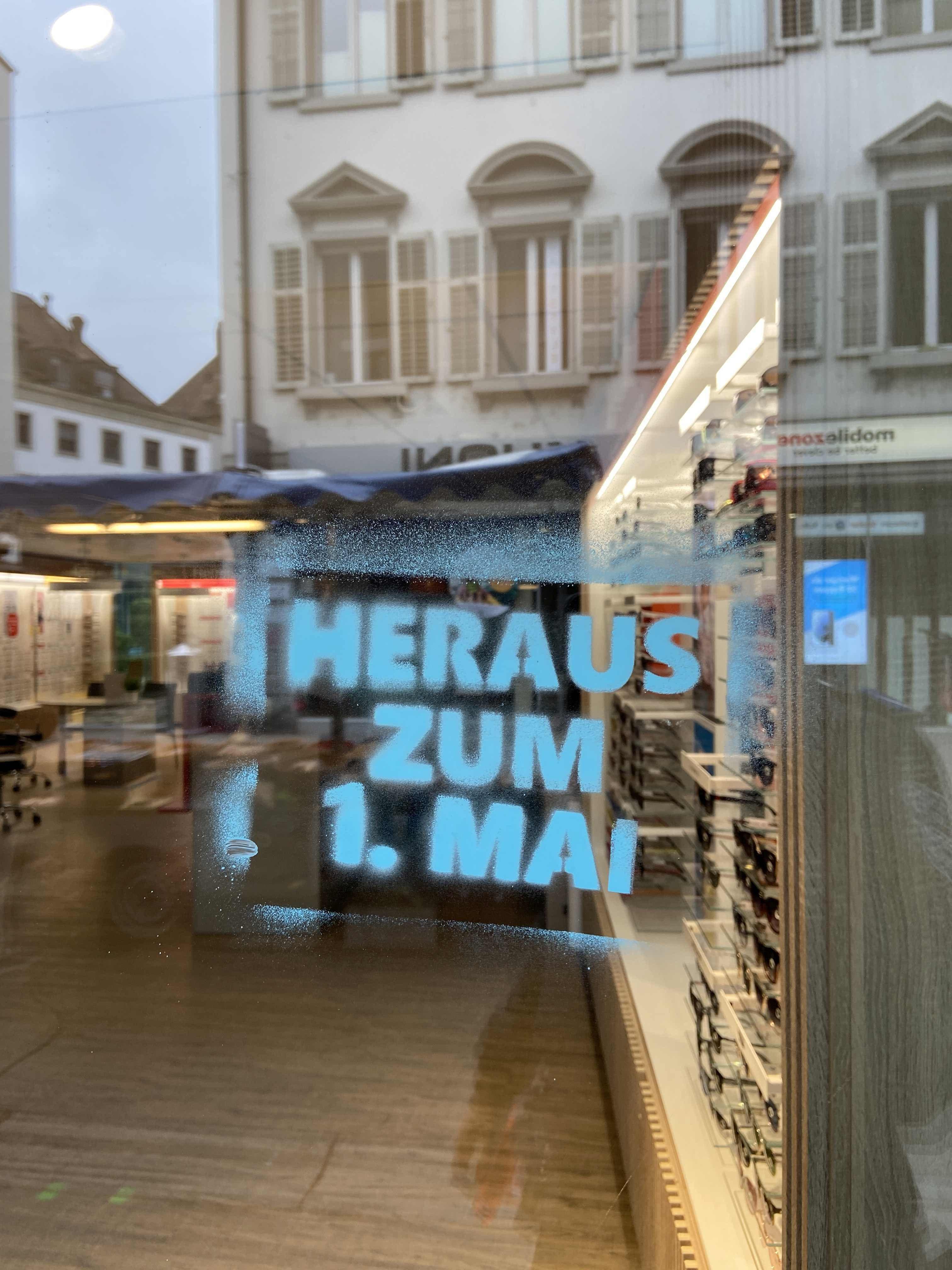 Mit Bezug zum 1. Mai versprayten unbekannte Täter in Baden zahlreiche Fassaden und Objekte.