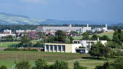 Schulhaus in Scherz: Mit der Fusion mit Lupfig wurde festgelegt, dass Kindergarten sowie Unter- und Mittelstufen wie bisher in den einzelnen Ortsteilen geführt werden. (Bild: mhu (1. Juni 2018))