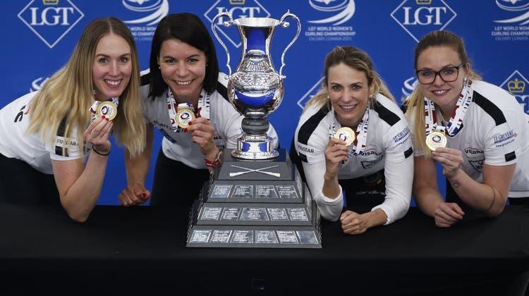 Melanie Barbezat, Esther Neuenschwander, Silvana Tirinzoni und Alina Paetz (von links) präsentieren stolz die Gold-Medaillen. (Bild: Jeff Mcintosh / AP)