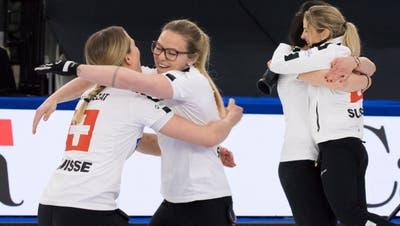 Die Schweizer Crew mit den Coaches, Betreuerin sowie (v.l.) Silvana Tirinzoni, Alina Pätz, Esther Neuenschwander, Melanie Barbezat und Ersatzspielerin Carole Howald (ganz rechts). (Keystone)