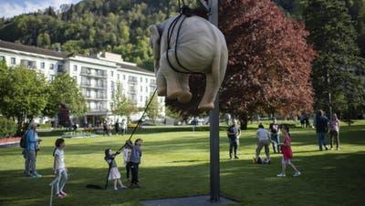 Die Bad Ragartzbietet Kunst zum Staunen, Anfassen aber auch zum Spielen. Wie hier beim Werk Marta and l'Elefante von Stefano Bombardieri (Bild: Gian Ehrenzeller/EPA)