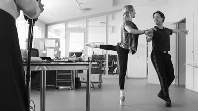 Mit Spitzenschuhen im Büro: Zwei Tänzer bei den Dreharbeiten. (Nicole Zachmann)