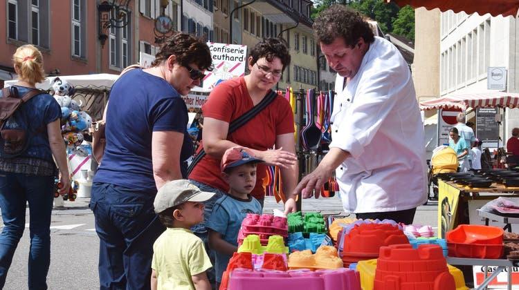 Der Maimarkt in Brugg hat für alle was zu bieten. Hier bietet ein Markthändler unter anderem Schablonen für den Sandkasten an. (Bild: Michael Hunziker (12. Mai 2015))