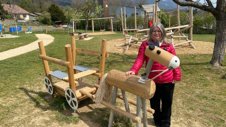 Mit-Initiantin Gabriela Mathys freut sich über den neuen, grosszügig gestalteten Spielplatz im Zentrum von Bettlach. (Nadine Schmid)