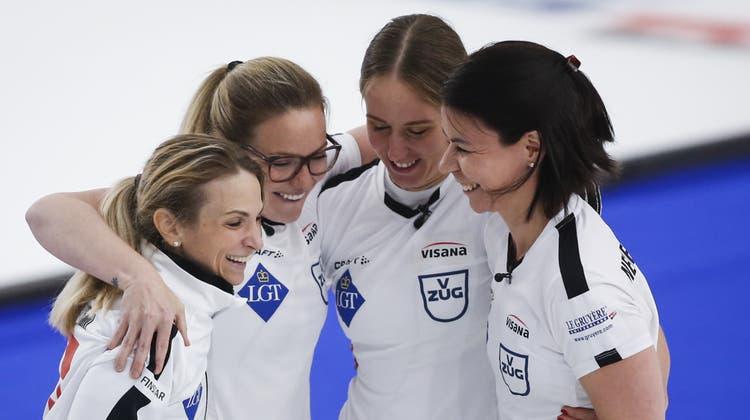 Silvana Tirinzoni, Alina Pätz, Melanie Barbezatund Esther Neuenschwander (von links nach rechts) nach dem Titelgewinn. (Keystone)