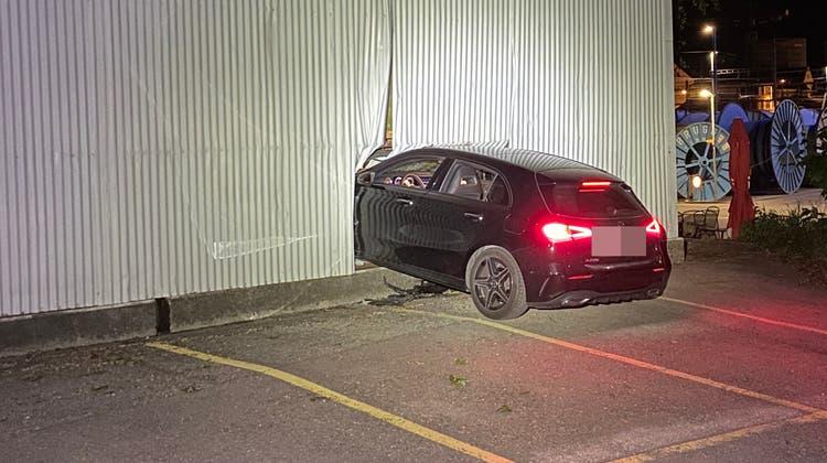 Ein betrunkener Autofahrer ist in Brugg gegen eine Lagerhalle geprallt. (Kapo AG)