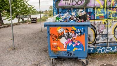 Überbleibsel der ausufernden Partynacht: ein Müllcontainer voller Bierdosen im Basler Hafenareal. (Nicole Nars-Zimmer)