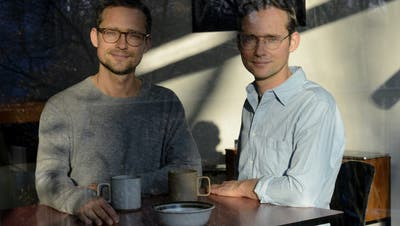 Die Filmemacher Ramon und Silvan Zürcher sind am Mittwochabend mit der Vorpremiere von «Das Mädchen und die Spinne» zu Gast im Kinok in der St.Galler Lokremise. (Bild: PD/Iris Janke)