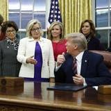 Liz Cheney redet auf den damaligen Präsidenten Donald Trump ein: Die Tochter des Ex-Vizepräsidenten hat in ihrer Partei keinen leichten Stand. (Patrick Semansky / AP)