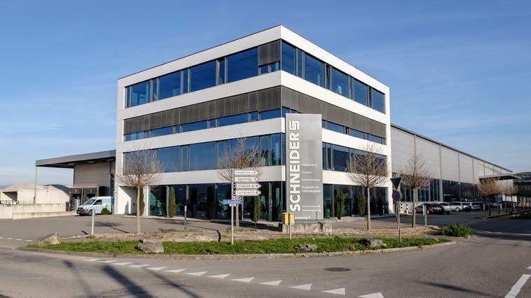 Der Sitz der Schneider Holding in Pratteln. Die Firmenschilder müssen ersetzt werden. (Bild: Kenneth Nars)