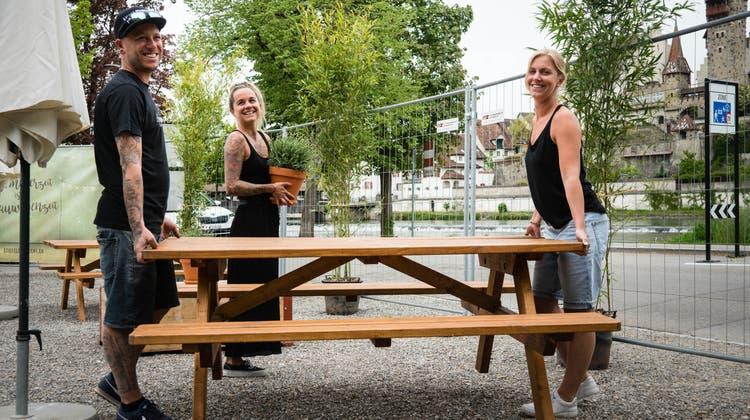 Am Mittwoch, 12. Mai, öffnet die Bauwagen-Bar wieder. Juri und Michaela Tirez und Jenny Jost bereiten dafür alles vor. (v. l.) (Dominic Kobelt)