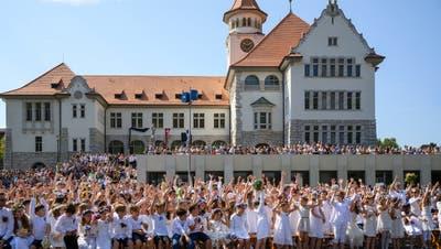 Die versammelte Festgemeinde vor dem Stapferschulhaus am BruggerJugendfest am 4. Juli 2019. (Bild: Alex Spichale)